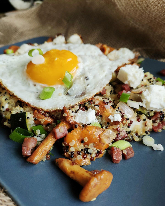 Nussiger Quinoa mit cremigen Feta und frischen Pfifferlingen
