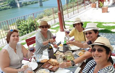 guia brasileira com turistas brasileiros na região do Douro