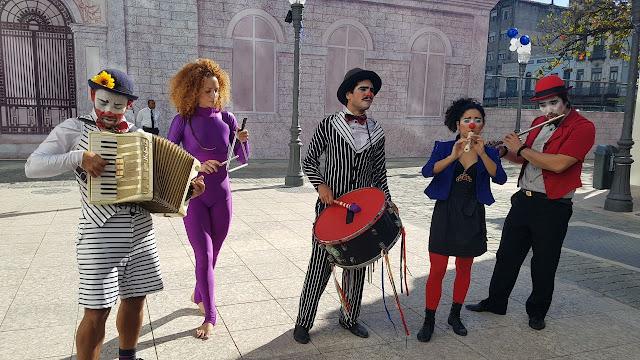 Musicos Palhaços de Humor e Circo se apresentando em evento de comemoração empresarial da Mongeral Aegon Seguros no Rio de Janeiro.