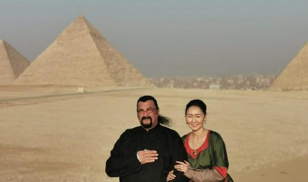 ستيفن سيغال وزوجته وسط أهرام مصر