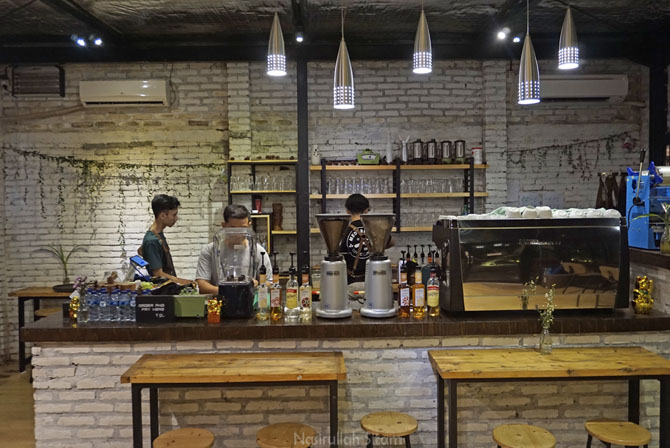 Suasana depan meja bar Medpresso Coffee and Garden Jogja