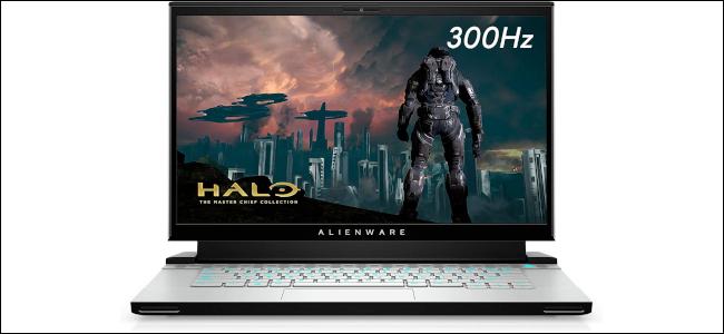 الكمبيوتر المحمول للألعاب Alienware m15 مع عرض صورة Halo على الشاشة.
