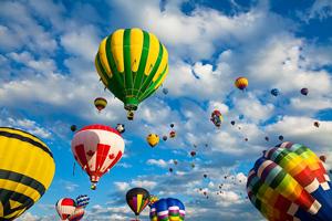 Muchos globos de Helio volando a medio día