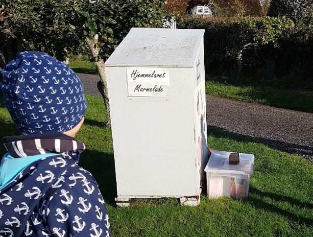 Urlaub auf Fanø mit Kindern: 12 Ausflugstipps für das wunderschöne Sønderho. Helens Marmeladenschrank ist ein typisch dänischer Straßenstand und einen Besuch wert.