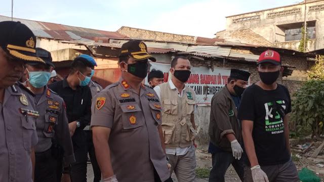 Kapolres Batu Bara AKBP H. Ikhwan Lubis.SH.MH, Memimpin langsung Bagi-Bagi Masker Gratis Dan Penyemprotan Disinfektan Di Tanjung Tiram