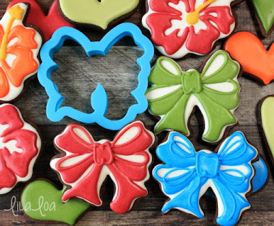 Hibiscus and bow decorated cookies