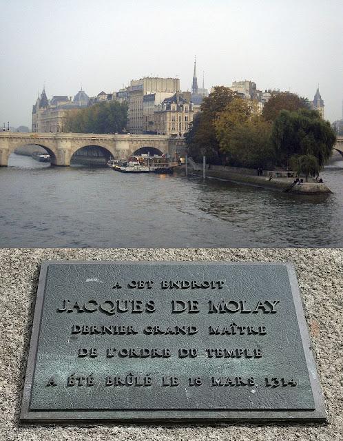 Neste local, Jacques de Molay, último Grão-Mestre da Ordem dos Templários, foi queimado, em 18 de março de 1314. (Ilha da Cidade, em Paris)