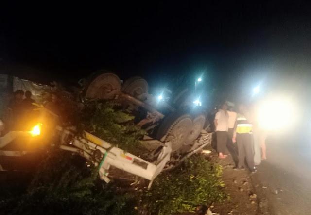 Truk kecelakaan lalu lintas terbalik di Girsang Sipanganbolon
