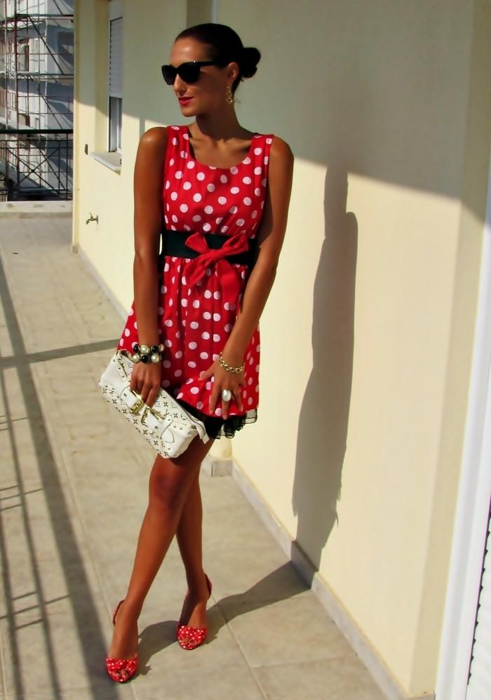 crvena mini haljina sa belim tackama i crvene cipele sa belim tackama
