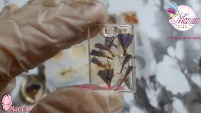 ميدالية من الريزن الشفاف بداخلها زهور من البنفسج الشفاف