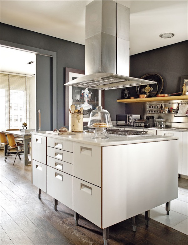 cocina blanca con pardes en gris chicanddeco