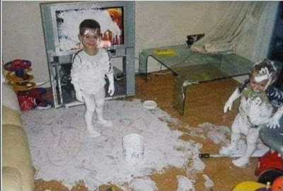 grappige kind met verf