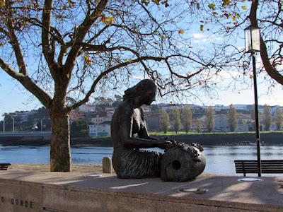 Escultura de uma rendilheira em Vila do Conde às margens do rio Ave