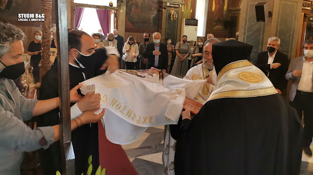 Σε κατανυκτική ατμόσφαιρα η αποκαθήλωση από τον Μητροπολίτη Αργολίδας στον Άγιο Πέτρο Άργους