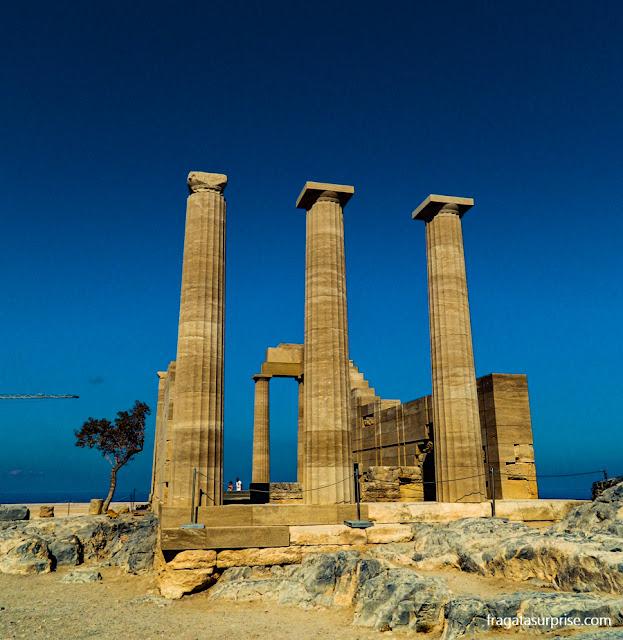 Mesa de oferendas do Templo de Atena, na Acrópole de Lindos, Grécia