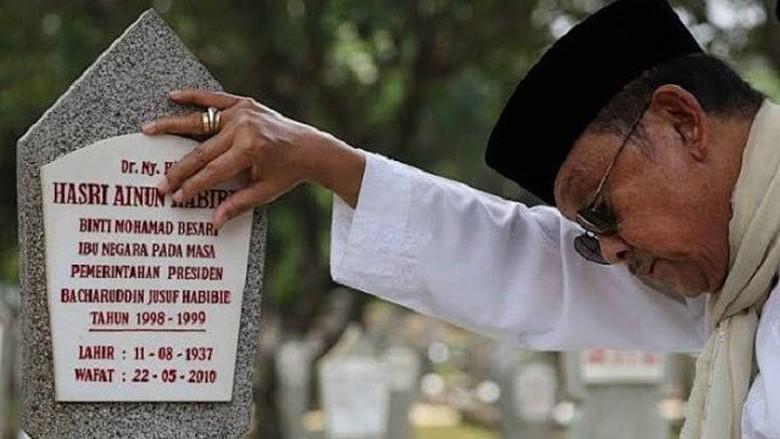 Doa Ketika Sedih yang Biasa Dibaca Almarhum BJ Habibie - Radenpedia.com