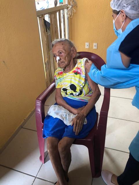 Aos 117 anos, primeira idosa acamada é vacinada contra a Covid-19 no interior do Ceará