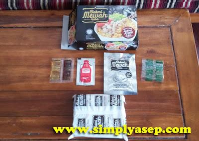 LENGKAP : Isi dalamm kemasannya cukup lengkap ada saos sambal, bumbu bumbu, dan juga 1 sachet daging ayam aseli.  Foto Asep Haryono