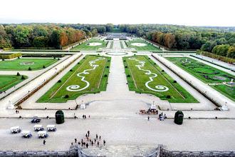 Ailleurs : Les Rubans Ephémères de Patrick Hourcade s'invitent dans les jardins du château de Vaux-le-Vicomte