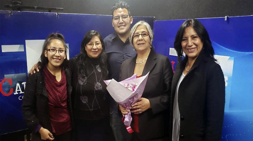 El equipo de periodistas de Radio Cabildeo rodea a la directora del medio, Amalia Pando / FACEBOOK ZULEMA ALANES
