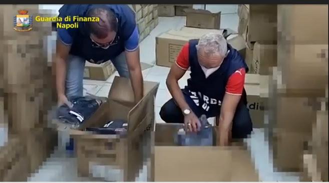 """Napoli: Guardia di Finanza scopre """"fabbriche del falso"""" e sequestra oltre 6.000 articoli contraffatti"""