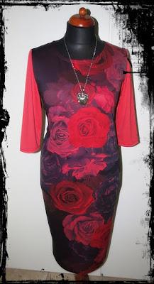 płomienne róże – sukienka z dzianiny
