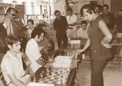 Pepita Ferrer impartiendo unas simultáneas en 1966