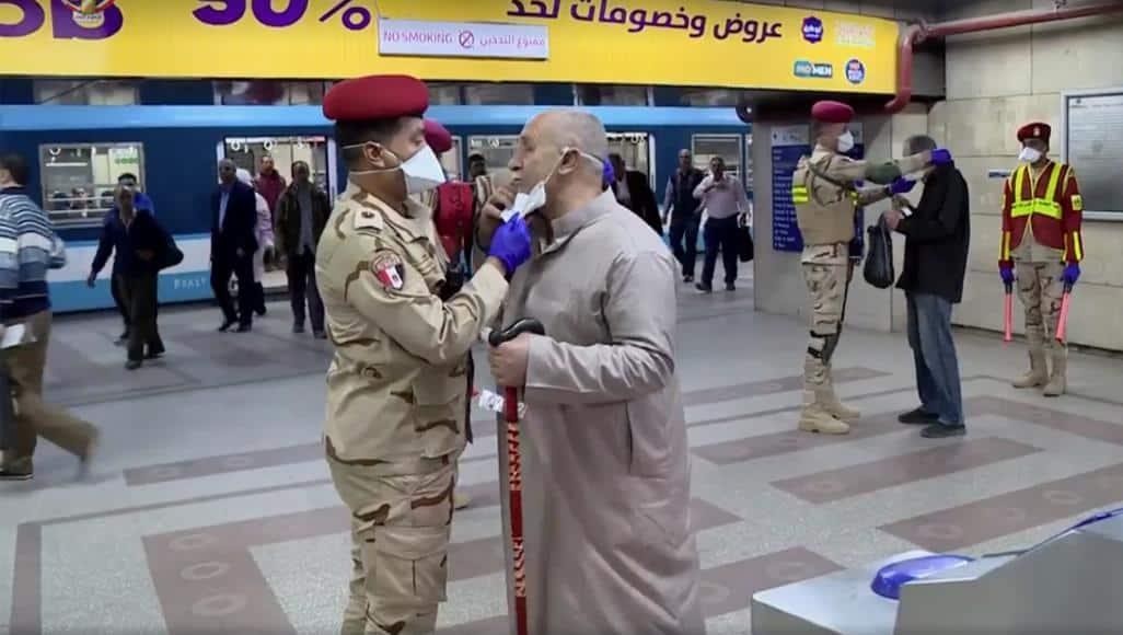 جدل-بمصر-حول-توزيع-الجيش-للكمامات-مجانا