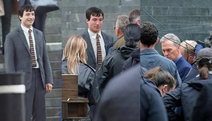 Imagem: Três fotos de set. Barry Allen de erza miller(homem branco, cabelo preto e curto, e com queixo quadrado) aparece numa escadaria usando terno cinza interajindo com Michael Keaton (homem branco de meia idade e cabelo grisalho). Há figurantes atrás e cameramen na frente)