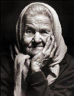 Resultado de imagem para velhinha humilde