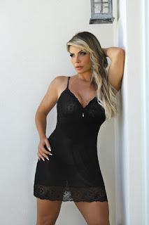 empresária e modelo Viviane Bordin veste camisola de tule preta #empresaria #modelovivianebordin #camisoladetule #modaintima