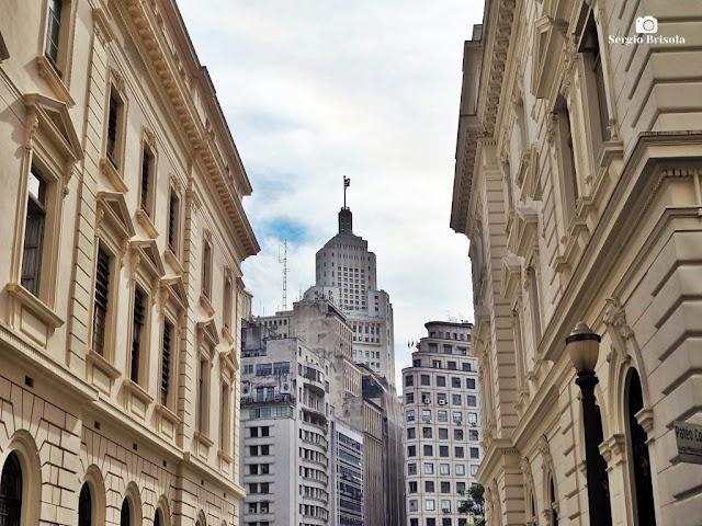 Fotocomposição com os edifícios das Secretarias da Justiça nas laterais e com o Altino Arantes - Centro - São Paulo