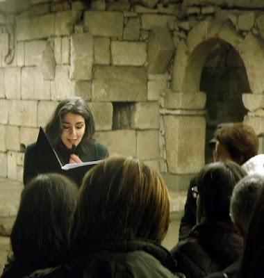 senhora lendo poemas junto das ruinas