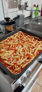 pizza z frytkami, papryką i serem