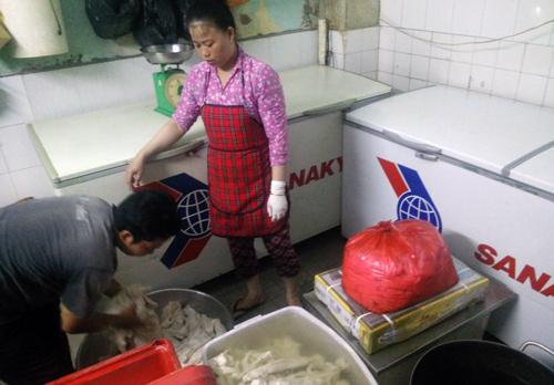 Chủ cửa hàng ở Sài Gòn ướp xương với hàn the bán cho khách