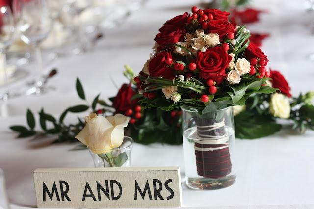 Brautsstrauß rote Rosen, Herbsthochzeit in den Bergen von Garmisch-Partenkirchen, Hochzeitslocation in Bayern, Riessersee Hotel - Bordeaux, rote Rosen, herbstlich