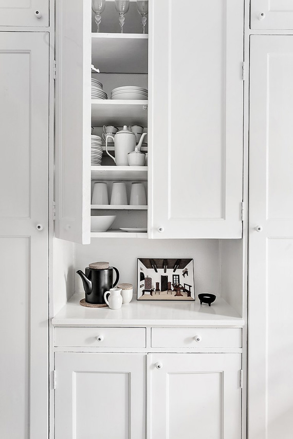 white painted furniture, alacena de madera de obra