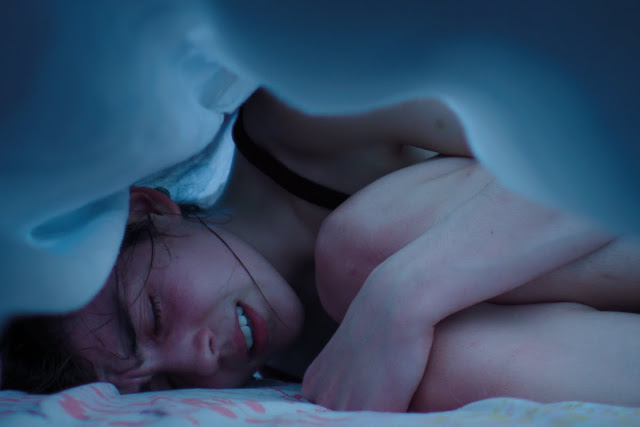 der cineast Filmblog Kritik Review Raw Garance Marillier als Justine zusammengekauert unter Bettlaken