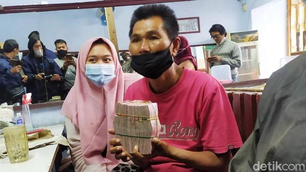Dapat Donasi Rp 108 Juta, Pria 'Nasi Padang Goceng' Sumbang ke Anak Yatim