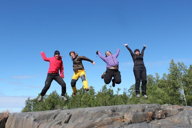 Neljä henkilöä loikkaa kalliolta