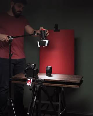 شخص يقوم بضبط إضاءة فوق عنصر بغرض التصوير