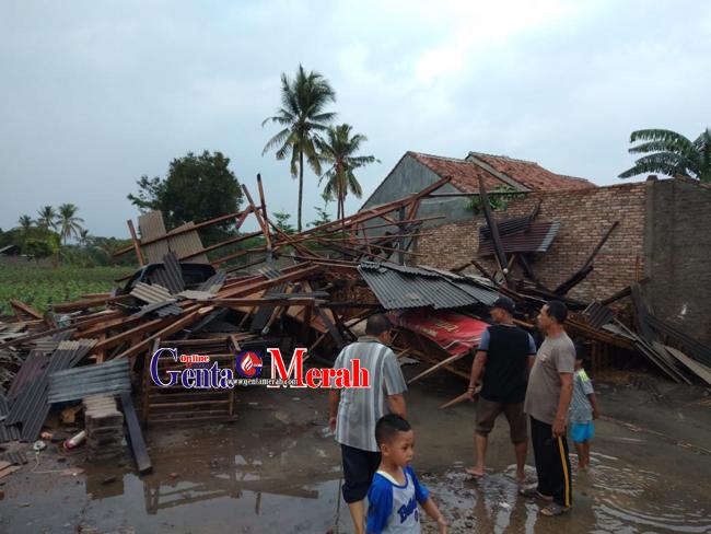 Angin Kencang Disertai Hujan Marobohkan Puluhan Rumah di Lampung Utara