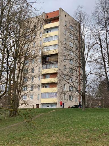 Iedzīvotāji skatās uz izdegušu balkonu