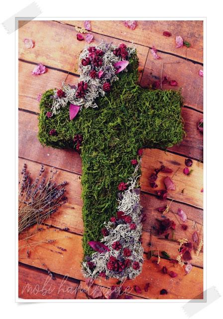 Krzyż z mchu na Wszystkich Świętych
