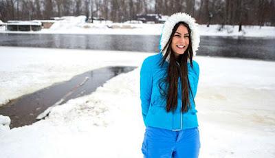 Inna Vladimirskaya bersiap-siap berenang di danau es