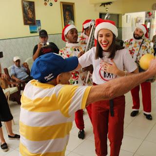 Modelo dominicana comparte con ancianos del Hogar San Francisco Asís