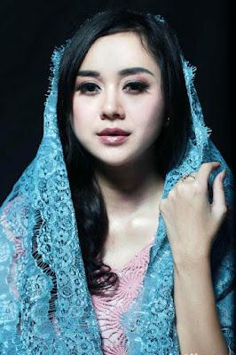 Aura Kasih Tampil Cantik dengan HIjab Biru