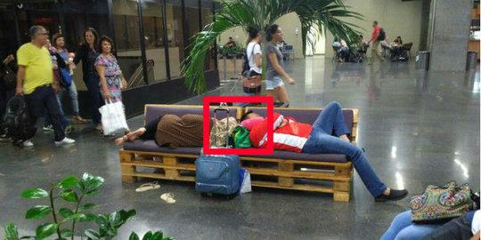 Menteri Ini Kelelahan Dan Tertidur Di Kursi Bandara Usai Mengurus Atlet Yang Berjuang Di Olimpiade