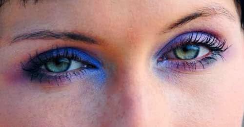 maquillaje azul y rosa para ojos verdes