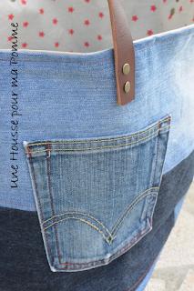 Sac Cube en jeans recyclés montés façon patchwork horizontalement ou verticalement suivant le coté du sac, cuir beige, surpiqures rouges, poche extérieure récupérée sur un jeans, intérieur coton couleur lin et étoiles rouges, Anses en cuir véritable rivetées mains.  Dimensions : 30 x 30 x 32 cm.